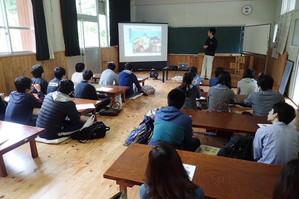 NPO事務所二階のセミナールームにて、小菅村についてのお話